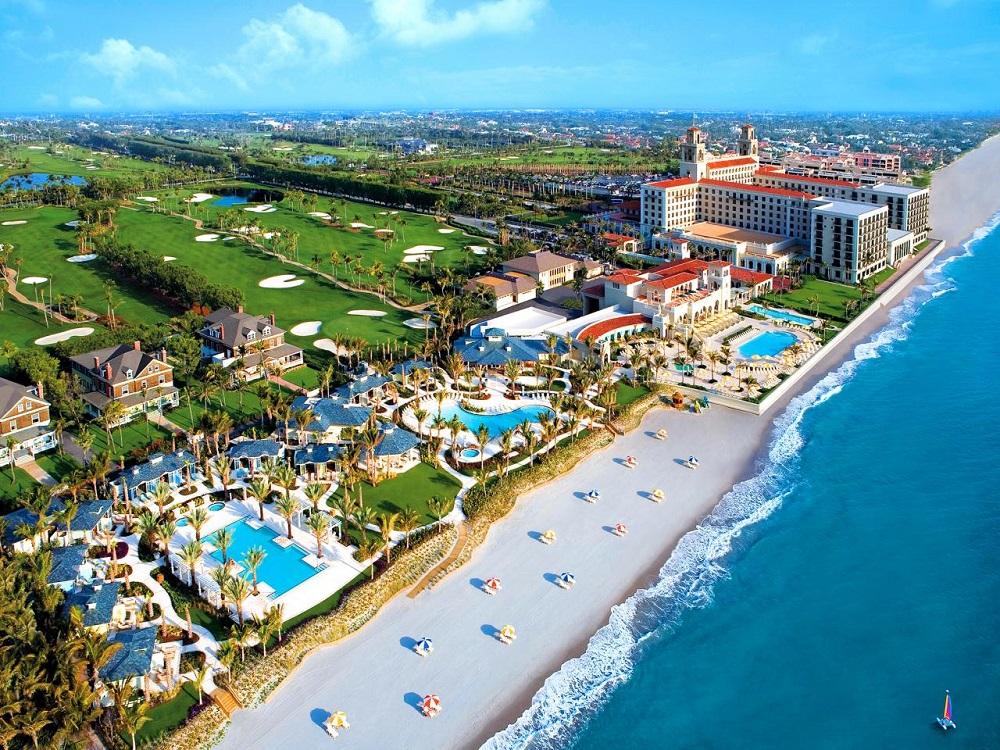 Những bãi biển đầy nắng thu hút khách du lịch